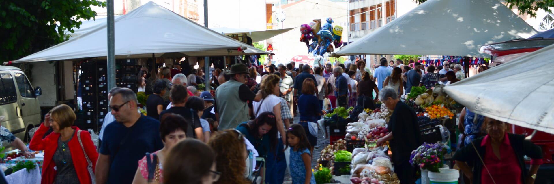 Feira Semanal no Centro da Vila, no mês de agosto