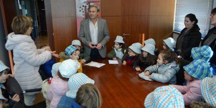 António Cardoso recebeu alunos do pré -escolar da Escola Básica Domingos de Abreu
