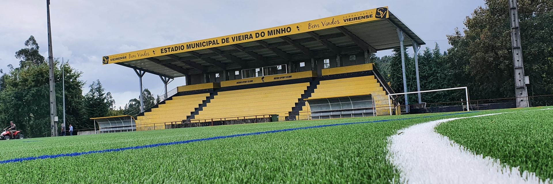 Estádio Municipal com novo relvado sintético